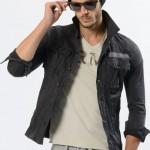 アップデートされたミリタリーシャツはナローシルエットでノンストレスな着用感。
